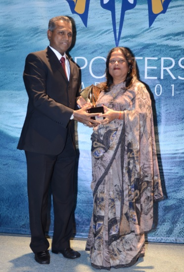 Anooradah Poorun receiving the Emerging Exporters Gold Award